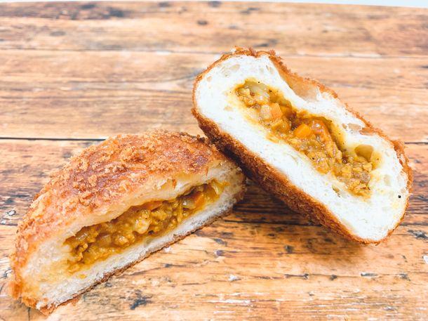 大豆ミートと野菜でヘルシーに!ギルトフリーな「チーズキーマカレーパン」