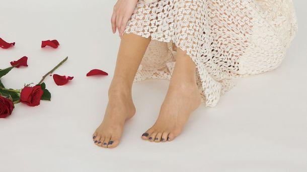 30秒で足先美人に!履くだけ簡単「フットネイルストッキング」誕生
